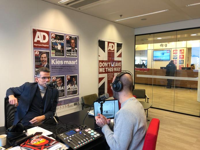Algemeen hoofdredacteur Hans Nijenhuis (links) en presentator Kevin Goes tijdens de opnames van Hoofdzaken.