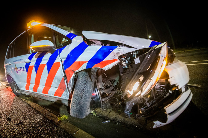 De achtervolging van een vluchtende advocaat ging op hoge snelheid door Eindhovense woonwijken en eindigde in Nuenen. Niet alleen de auto van de man, ook de politiewagens raakten zwaar beschadigd.
