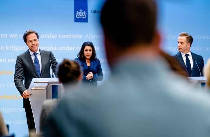 Premier Mark Rutte en minister Hugo de Jonge van Volksgezondheid kondigen aan dat welke versoepelingen de komende maanden in de lucht hangen.