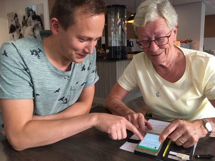 Rob Geurts, ontwikkelaar SocialApp, helpt gebruiker Margriet van Woerkom.