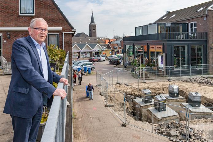 Dick Visserman kijkt naar de begonnen werkzaamheden op het plein aan de  Schoolstraat en Molenstraat