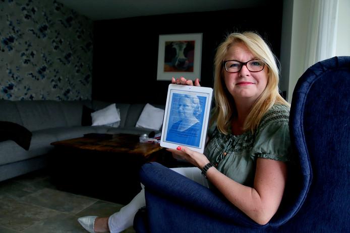 Raadslid Miranda den Tuinder met het Suze Groeneweg Manifest in haar handen. (RD/HW) FOTO: © VICTOR VAN BREUKELEN