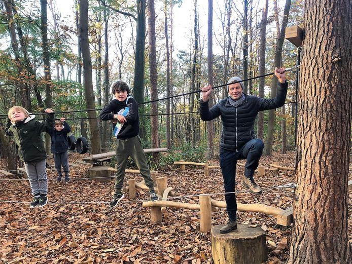 Kinderschepen Loewie Debelder, zijn broertjes Jef en Fons en Jeugdschepen Jo Vander Meylen (Lijst Burgemeester) testten het nieuwe touwenparcours op Hanenbos graag eens uit.