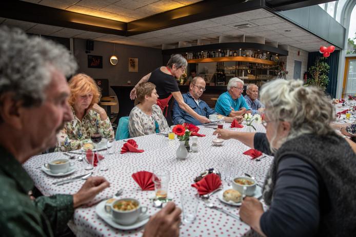 Een volle tafel tijdens een etentje in Resto Van Harte, een ontmoetingsplek voor eenzame mensen.