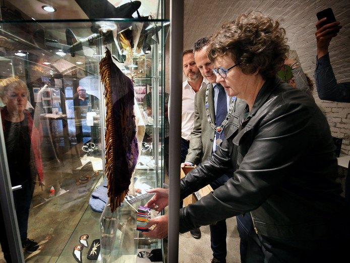 Ambassadeur van Nieuw-Zeeland, Lyndal Walker, legt de medailles van de omgekomen vliegenier Trevor Pike in een vitrine in het WO2- en Vliegeniersmuseum in Vuren, samen met Peter den Tek van het museum en loco-burgemeester Rutger van Stappershoef van West Betuwe.