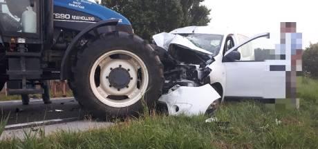 Dronken bestuurder rijdt vol in op tractor in Nieuwaal, twee gewonden moeten naar het ziekenhuis
