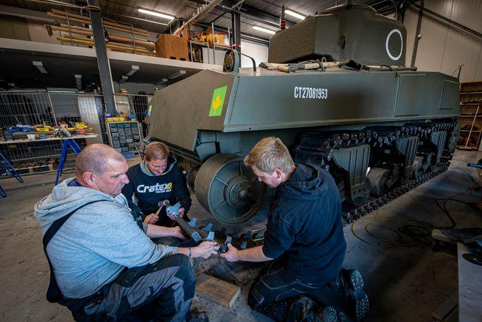 Met man en macht wordt er gewerkt aan het herstel van de replica Shermantank voor de voorstelling van Supersum. Op de foto v.l.n.r. : Mart, Anton & Colin.