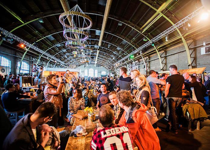 Bier is HOT in de Koepelhal bij Bierfestival Bitter.De immens grote Koepelhal was te klein om alle bieriefhebbers uit binnen- en buitenland te herbergenGezinnen met kinderen, iedereen kwam op de 1e Bitter af.Met uiterste precisie werden de speciaalbieren getapt. Vragen om 'Doe maar 'n pilsje' was vloeken op het bierfestival.