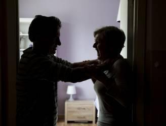 Zestiger probeert zijn vriendin te wurgen: politie grijpt tijdig in na telefoon van minderjarige zoon