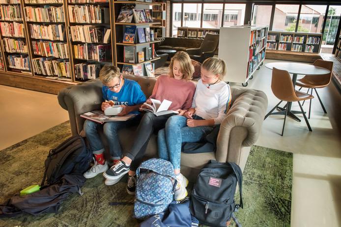 Ook de jeugd weet de bibliotheek in Harderwijk goed te vinden. Marijn van den Berg, Olivia Zürcher, Rebecca van den Broek lezen in huiskamersfeer.