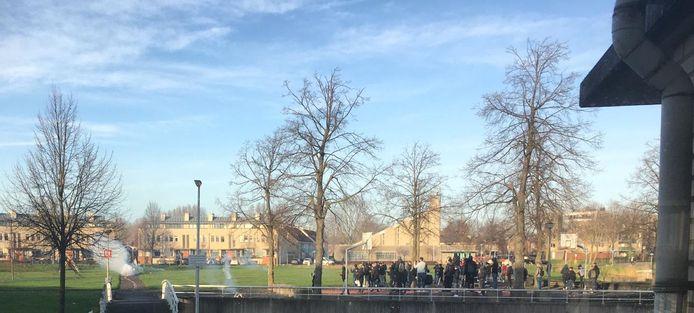Jongeren steken vuurwerk af op het Zonnehof in Waddinxveen