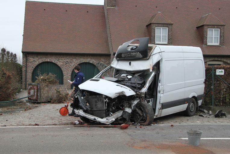 De bestelwagen rukte ook een pilaar aan de oprit van een villa uit de grond en raakte zwaar beschadigd.