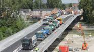 Vlaamse Waterweg doet laatste proeven voor opening nieuwe dorpsbrug: 24 vrachtwagens testen stabiliteit