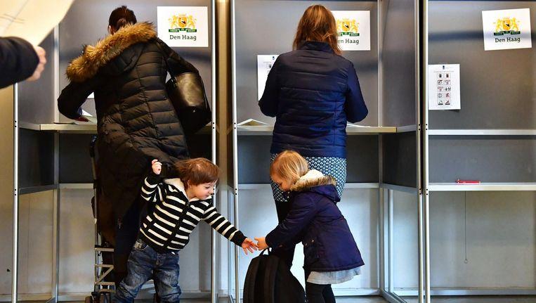 Kiezers in Basisschool De Walvis in Den Haag. Beeld anp