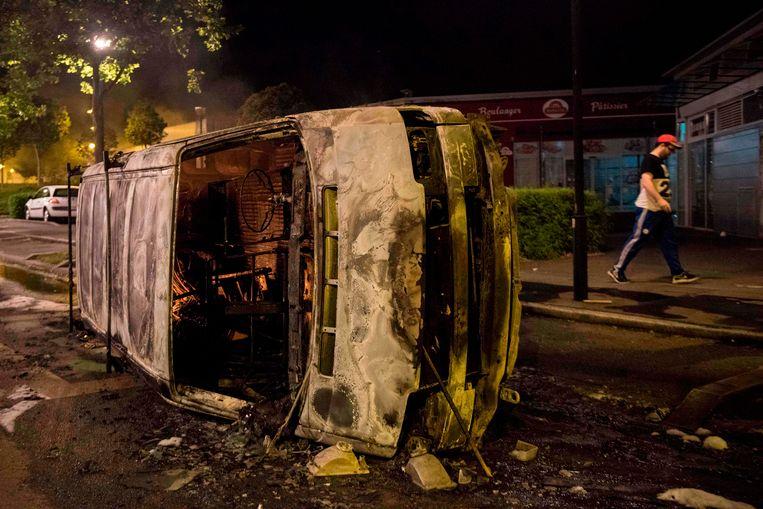 Een uitgebrande auto in de Breil-buurt in Nantes, waar rellen uitbraken nadat bekend werd dat de politie een man heeft doodgeschoten.