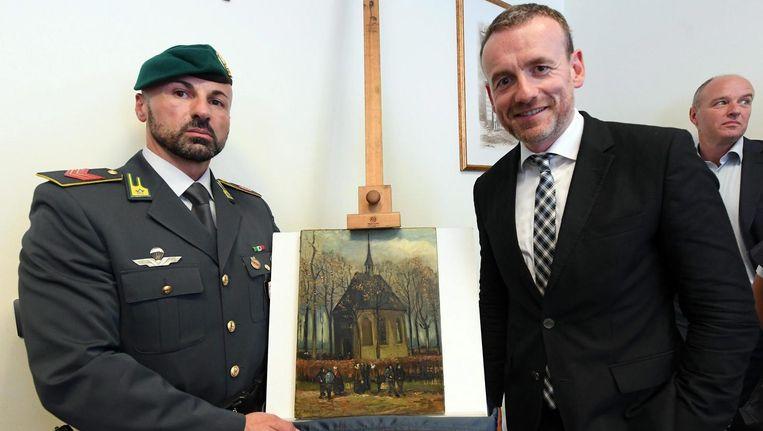 Directeur van het Van Gogh Museum Axel Ruger poseert naast één van de teruggevonden werken. Beeld anp