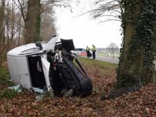 Auto belandt op zijkant na knal tegen boom