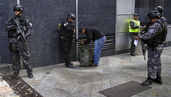 Zwaarbewapende agenten in het centrum van Caracas, Venezuela.