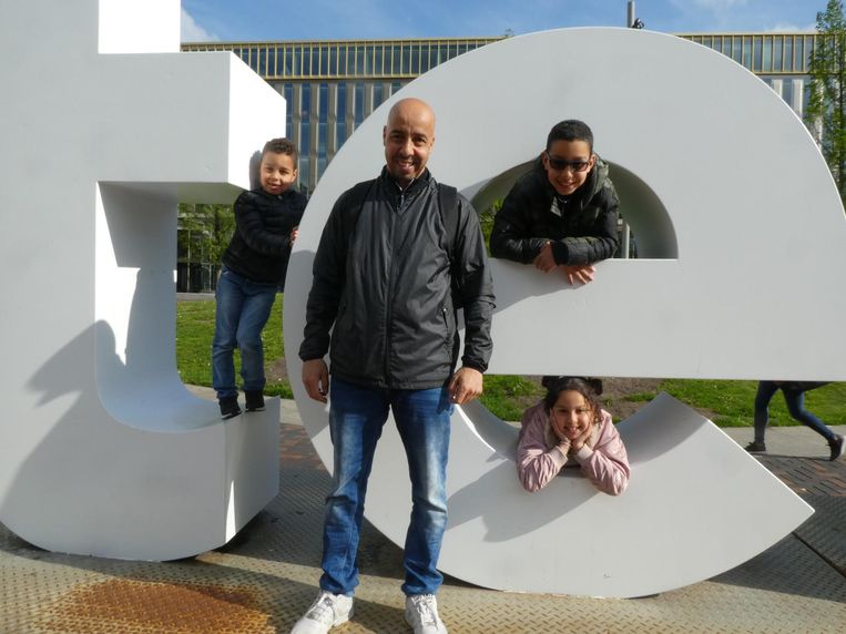 Vader Homed Allouchi met Amin, Rayane en Isra. Vader: 'Waarom moet dit weg? GroenLinks, hè' Beeld Schuim
