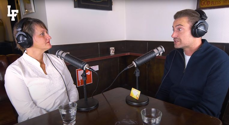 Rapper Lange Frans en 'graancirkelspecialiste' Janet Ossebaard tijdens hun podcast. Beeld Podcast Lange Frans
