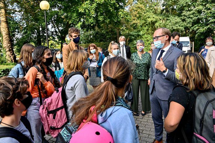 Vlaams minister van Onderwijs Ben Weyts op bezoek bij een school.