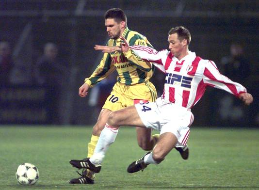 Adick Koot in actie namens AS Cannes tegen FC Nantes in 1998.