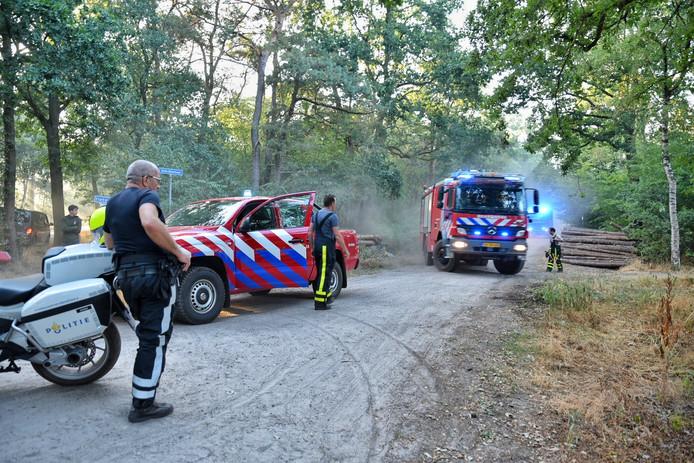Brandweer in het bos bij 't Zand in Alphen.