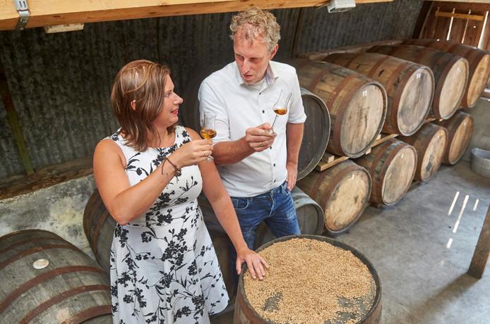 Dennis Hurkmans en Ezra Leeger bij de opslag van whiskyvaten bij de Heische Hoeve.