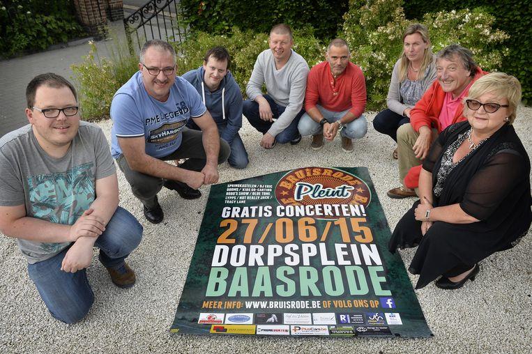 De organisatoren van Bruisrode Pleint tonen hun affiche.