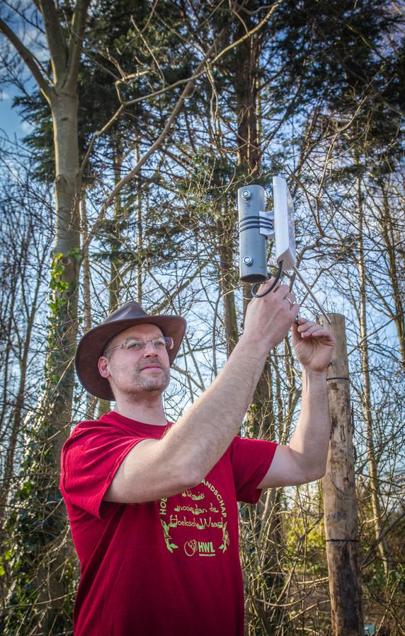 Wouter Joosten controleert de wifi-ontvanger.
