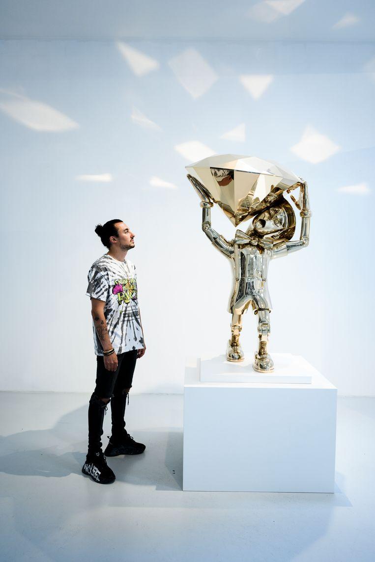 Joseph Klibansky met een van zijn glanzende kunstwerken. Beeld Bram Petraeus