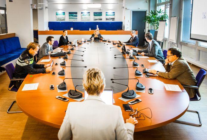 Overleg van het klein regionaal beleidsteam van de Veiligheidsregio Zuid-Holland-Zuid, afgelopen maandag in het stadskantoor van Dordrecht, met onder andere GGD-directeur Cees Vermeer (rechts), voorzitter Wouter Kolff (tweede van rechts) en vice-voorzitter Reinie Melissant (bovenin).