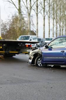 Vaassenseweg in Nijbroek lang dicht na botsing tussen twee auto's