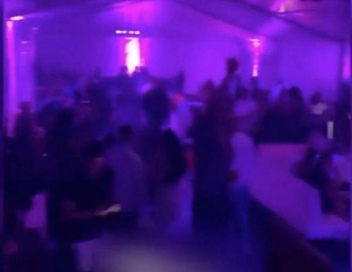 Une photo de la fête à la discothèque BLU.