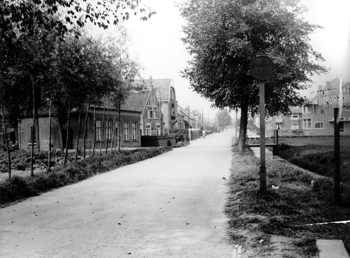 De Dubbeldamseweg, de oudste weg in de polders van Dordrecht. Rechts het plaatnaambord van Dordrecht, ongeveer ter hoogte van de huidige Twintighoevenweg. Ca. 1930.