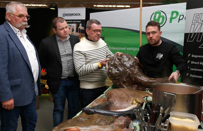 Aroyo van Esch (rechts) laat een zeewolf van 8 kilo zien tijdens een eerdere editie.