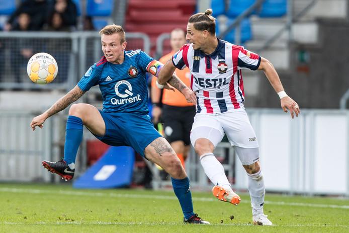 Fran Sol in duel met Feyenoorder Jordy Clasie.
