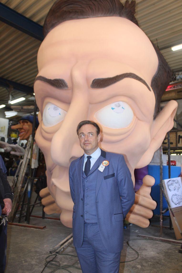 Bart De Wever in de carnavalshallen.
