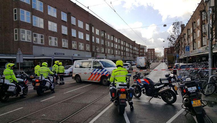 Politie rukte donderdag in grote getalen uit naar de Jan Evertsenstraat Beeld anp
