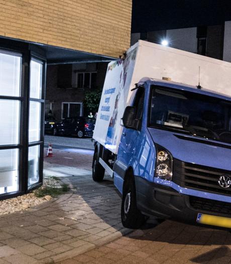 Vrachtwagentje AH-bezorgservice rijdt zich klem onder gebouw in Arnhem