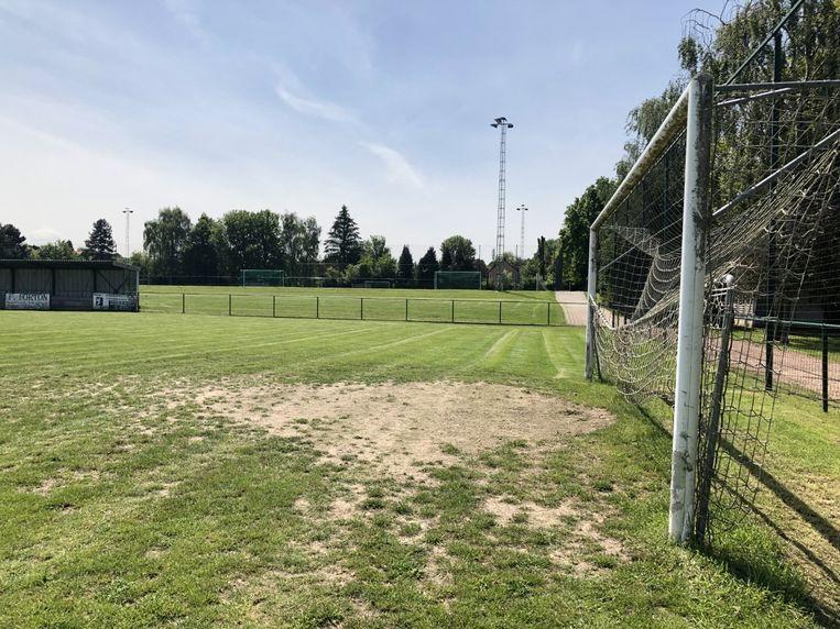Het grasveld langs de Sportpleinstraat verdwijnt vanaf begin volgend jaar. In de plaats komt een hockeyterrein.