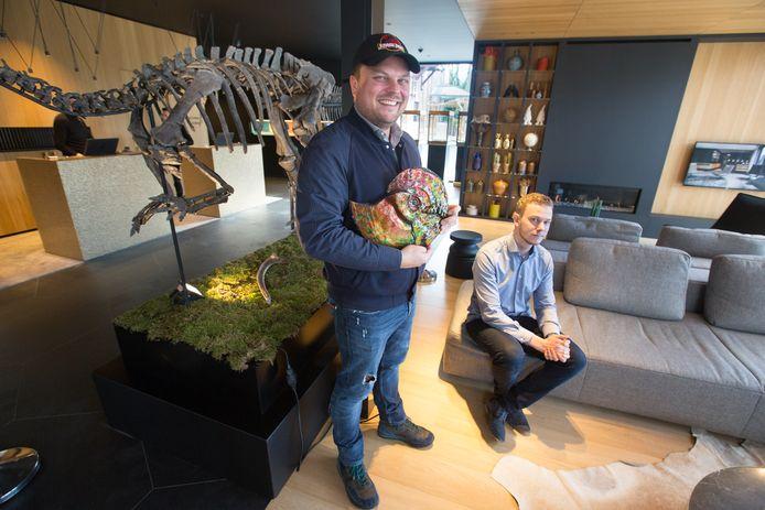 Jochen Leën en Andor Koot, een edelstenenexpert.