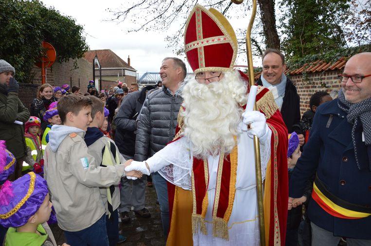Sinterklaas begroet de aanwezigen.