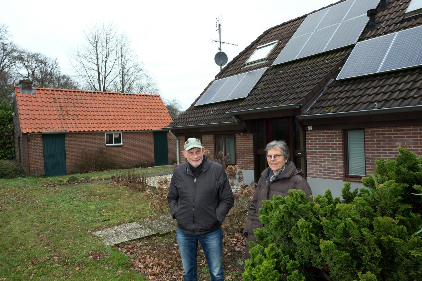 Henk Houwers (78) en zijn vrouw Willy (73) wonen tussen Doetinchem en Zelhem aan de Zelhemseweg. Aan de gemeentegrens, maar nét aan de verkeerde kant.