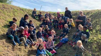Kleuters Centrumschool trekken laarsjes aan om natuur te ontdekken