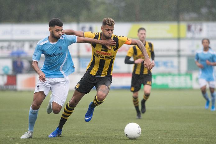 Basil Camara (m) in duel tegen Quick. Na vijf jaar in Ermelo vindt de verdediger zich rijp voor het aanvoerderschap.