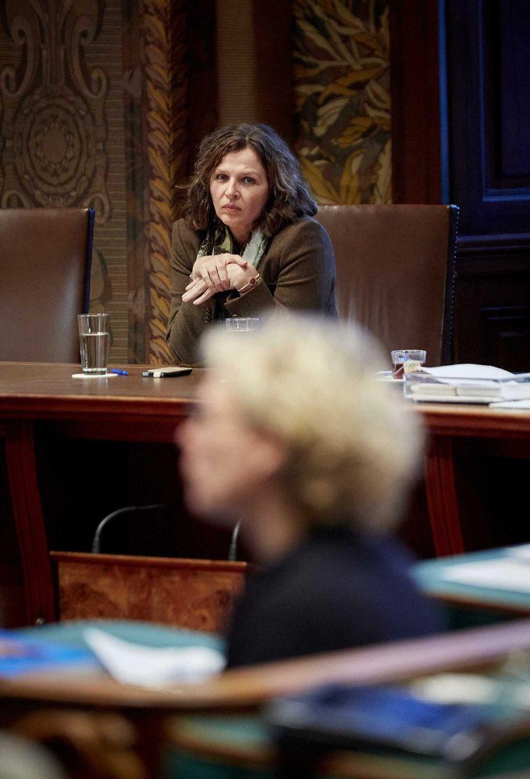 Minister Schippers gisteren in de Eerste Kamer. Op de voorgrond PvdA-fractievoorzitter Marleen Barth. Beeld anp