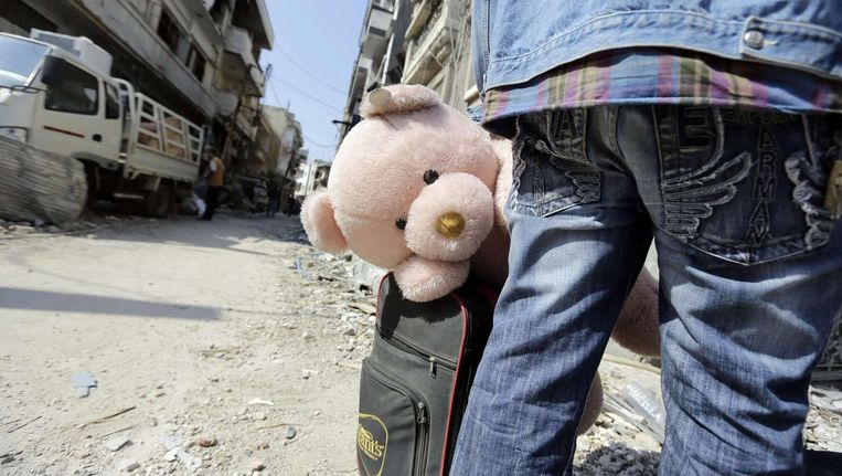 De bevolking van Homs gaat weer voorzichtig de straat op, nu de belegering van hun stad voorbij is. Beeld afp