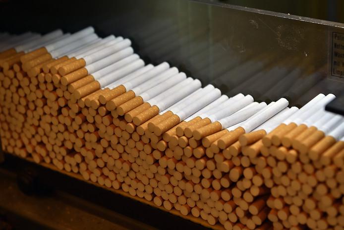 De politie heeft zondagmiddag twee winkeldieven aangehouden die voor bijna 300 euro aan gestolen sigaretten bij zich hadden.