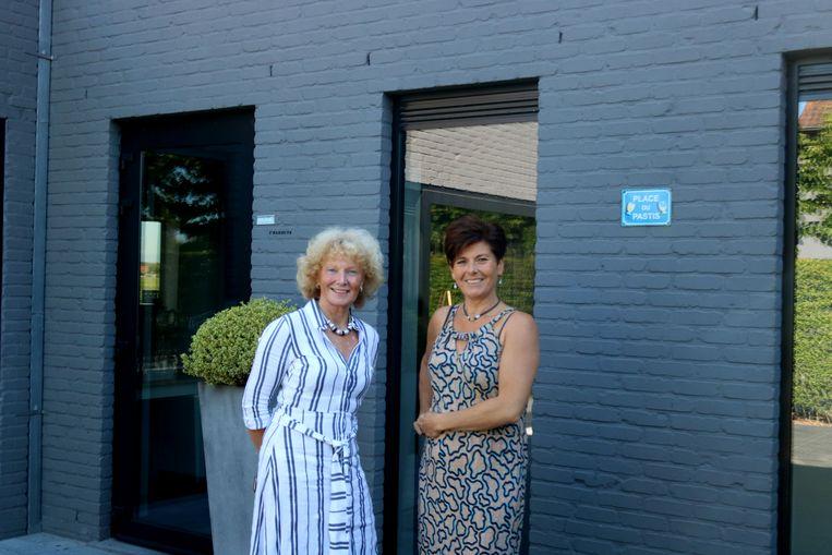 Doriane Dewulf en haar opvolgster Gwenny Watteyne bij feestzaal d'Oude Bakkerij